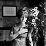 Régine Flory, actrice et danseuse française, habillée par Mariano Fortuny y Madrazo (1871-1949). Paris, vers 1910.