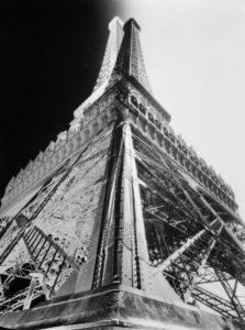 François KOLLAR (1904-1979), La Tour Eiffel, vers 1930, tirage gélatine-argentique d'époque, Paris, Centre Pompidou, MNAM/CCI.