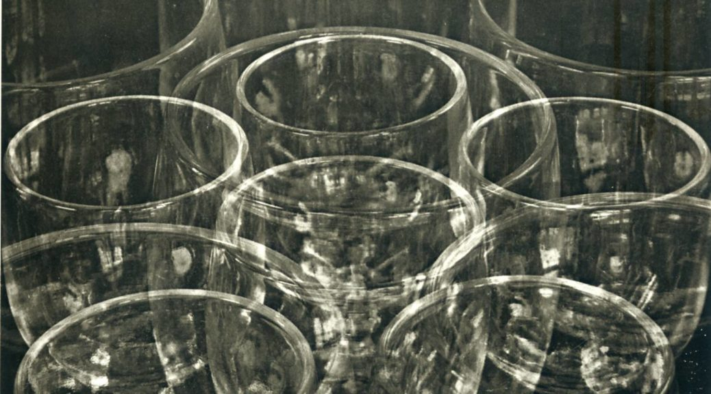 Tina MODOTTI ( 1896-1942), Verres, vers 1924-1925, tirage au platine, 20,3 x 25,4 cm, New York, collection Throckmorton Fine Art