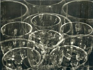 Tina MODOTTI ( 1896-1942), Verres, vers 1924-1925, tirage au platine, 20,3 x 25,4 cm, New York, collection Throckmorton Fine Art