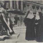 Tina MODOTTI (1896-1942), Scène de rue, Berlin, 1930, épreuve gélatino-argentique, 16,8 x 21 cm, Los Angeles, The Getty Center