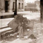 Eugène ATGET (1857-192), Clochard, boulevard Port-Royal (de la série Paris Pittoresque), tirage de 1899 ou 1900 d'après négatif de 1899, Photographie positive sur papier albuminé, d'après négatif sur verre au gélatino-bromure, 21,5 x 17,4 cm, BnF