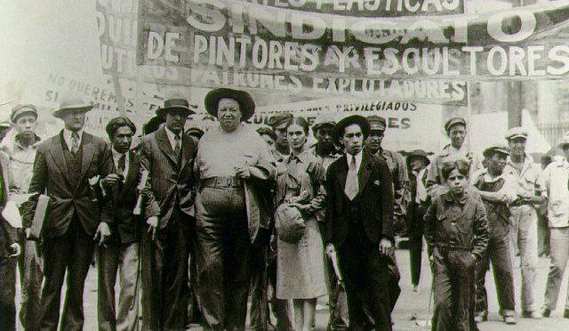 T. MODOTTI (1896-1942), Diego Rivera et Frida Kahlo avec les membres de l'Union des artistes au défilé du 1er mai, 1929