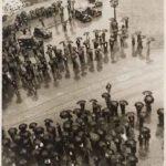 Kati HORNA (1912-2000), Les Parapluies, meeting de la CNT (Confédération Nationale du Travail), guerre civile espagnole, Barcelone, 1937, épreuve gélatino-argentique, 24,2 x 19,2 cm. Archivo Privado de Fotografía y Gráfica Kati y José Horna.