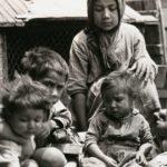 T. MODOTTI (1896-1942), Enfants de la Bolsa, 1927-1928, épreuve gélatino-argentique, 7,6 x 10 cm, collection Ruth et Labrie Richey