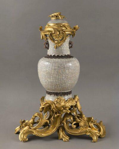 Fontaine à parfum, porcelaine à glaçure céladon craquelé et céramique brune, Chine, Jingdezhen, début de l'époque Qianlong (1736-1795 ; monture en bronze doré, Paris, vers 1743, H. : 0,58 m, D. : 0,34 m. Livrée le 18 mai 1743 par le marchand Hébert pour la garde-robe de Louis XV à Versailles. Château de Versailles.