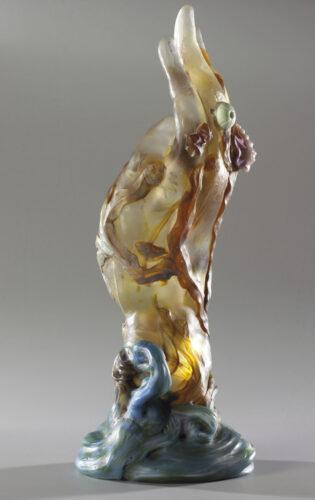 Émile Gallé (1846-1904), La Main aux algues et aux coquillages, 1904. Verre modelé à chaud, inclusions d'oxydes métalliques, marbrures, applications en léger et haut relief, gravure à la roue. H. 33,4 ; L. 13,4 cm. Paris, musée d'Orsay